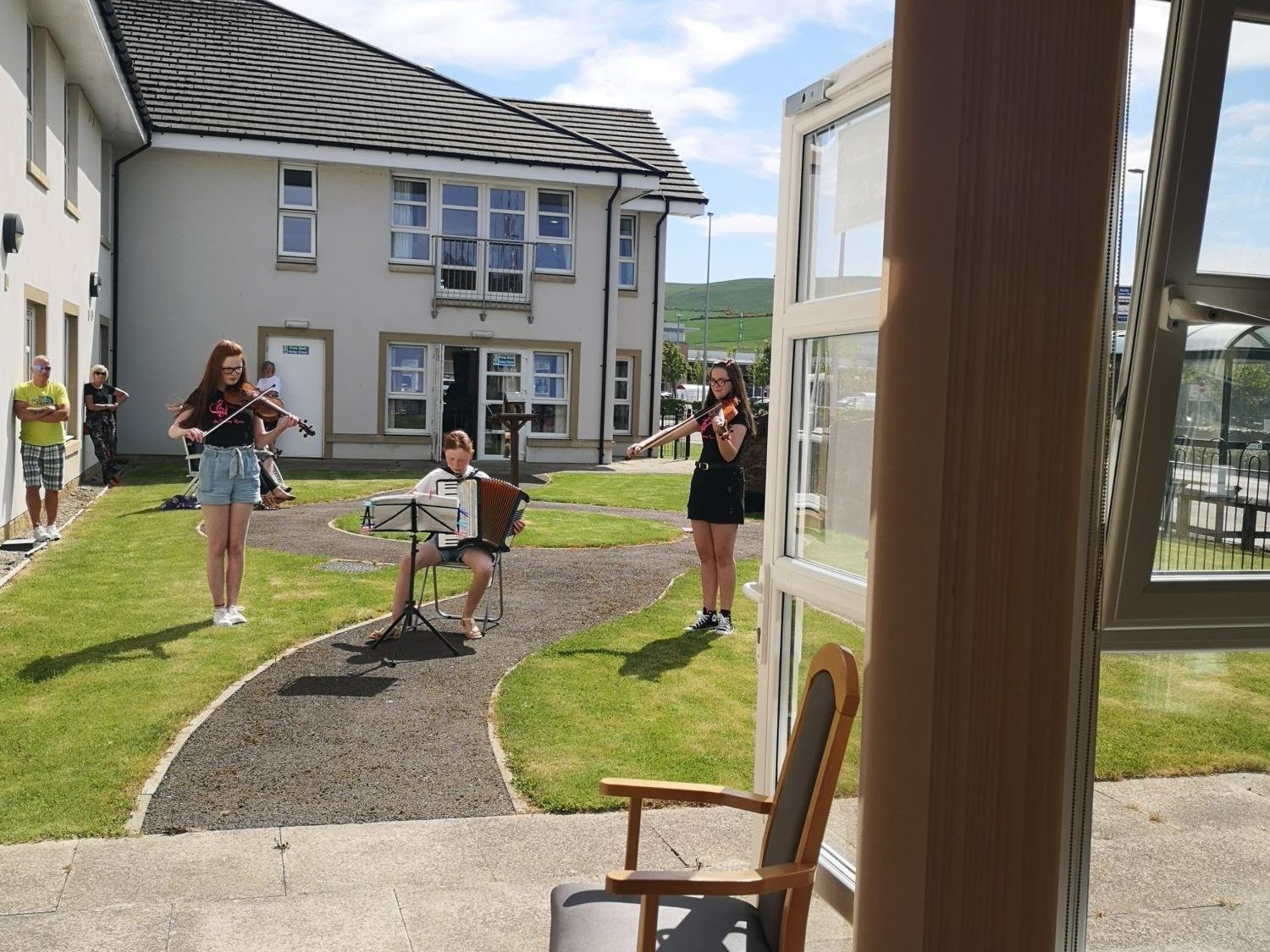 The Country Quines perform garden concert for Balhousie Huntly residents
